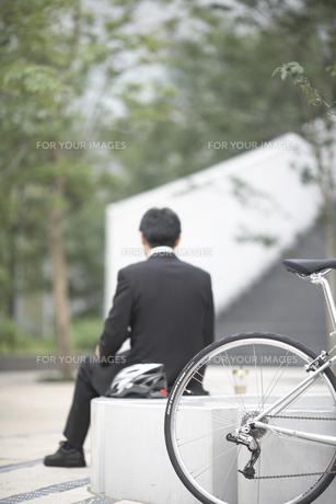 自転車と座るビジネスマンの後姿の素材 [FYI01129171]