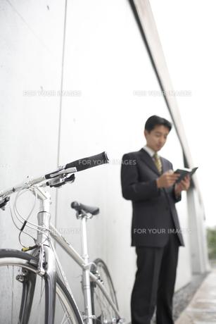 手帳を見るビジネスマンと自転車の素材 [FYI01129190]