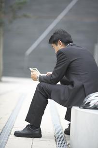 システム手帳を見るビジネスマンの素材 [FYI01129234]