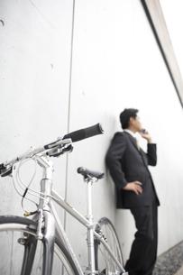 携帯電話で話すビジネスマンと自転車の素材 [FYI01129323]