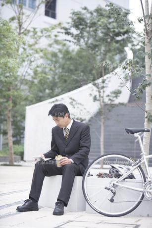 システム手帳を見るビジネスマンと自転車の素材 [FYI01129359]