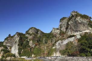11月 紅葉の競秀峰と青の洞門の素材 [FYI01130426]
