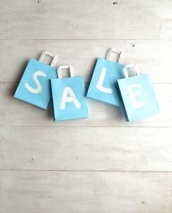 水色のショッピングバッグ セール文字入りの写真素材 [FYI01132102]