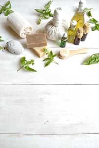 バジルリーフとアロマテラピー用品 白木材背景の写真素材 [FYI01132146]