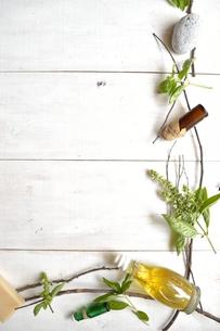 バジルリーフとアロマテラピー用品 フレーム 白木材背景の写真素材 [FYI01132152]