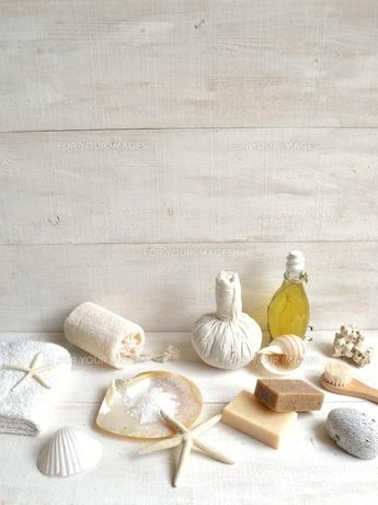 貝殻とバスグッズ 白木材背景の写真素材 [FYI01132160]