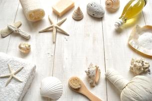 貝殻とバスグッズ 白木材背景の写真素材 [FYI01132169]