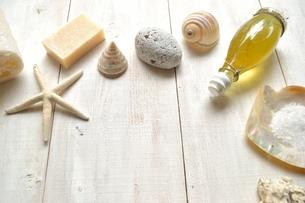 貝殻とバスグッズ 白木材背景の写真素材 [FYI01132170]