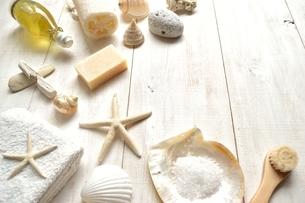 貝殻とバスグッズ 白木材背景の写真素材 [FYI01132172]