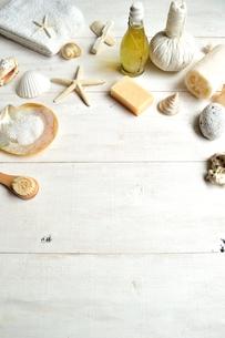 貝殻とバスグッズ 白木材背景の写真素材 [FYI01132173]