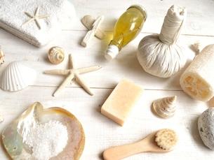 貝殻とバスグッズ 白木材背景の写真素材 [FYI01132174]