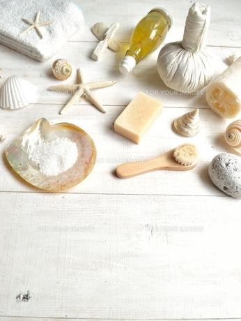 貝殻とバスグッズ 白木材背景の写真素材 [FYI01132175]