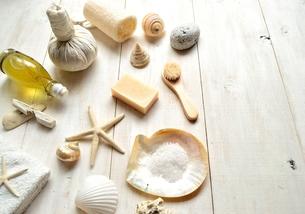 貝殻とバスグッズ 白木材背景の写真素材 [FYI01132176]