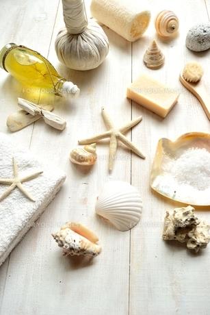貝殻とバスグッズ 白木材背景の写真素材 [FYI01132178]