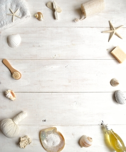 貝殻とバスグッズ フレーム 白木材背景の写真素材 [FYI01132179]