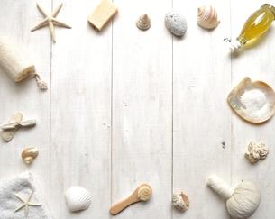 貝殻とバスグッズ フレーム 白木材背景の写真素材 [FYI01132180]