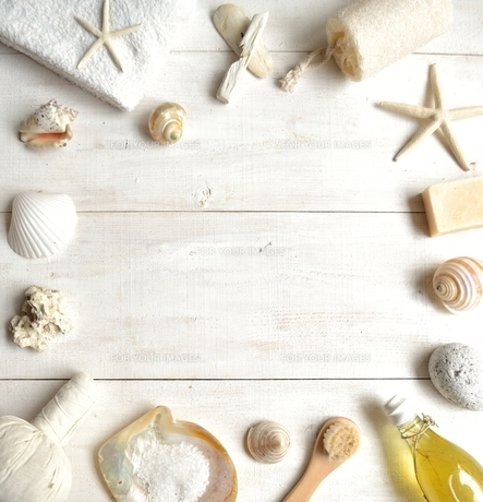 貝殻とバスグッズ フレーム 白木材背景の写真素材 [FYI01132181]