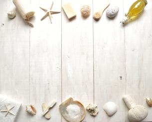 貝殻とバスグッズ フレーム 白木材背景の写真素材 [FYI01132182]