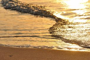 日の入の波打ち際の写真素材 [FYI01132196]