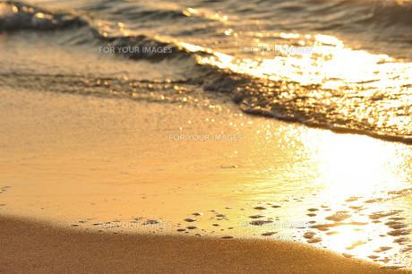 日の入の波打ち際の写真素材 [FYI01132203]