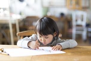 お絵描きをする子供の素材 [FYI01136328]