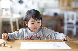 お絵描きをする子供の素材 [FYI01136455]