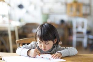 お絵描きをする子供の素材 [FYI01136499]