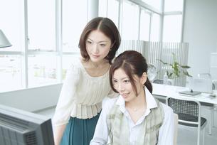 オフィスで働く日本人女性2人の素材 [FYI01137569]