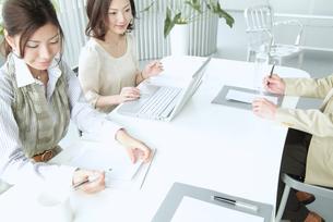 オフィスで働くビジネスマンとビジネスウーマンの素材 [FYI01137667]