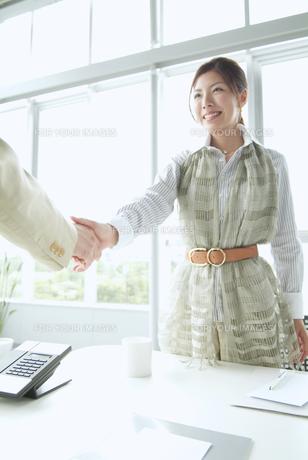 握手をするビジネスウーマンの素材 [FYI01137669]