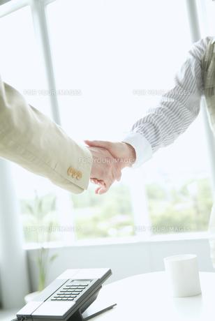 握手をする手の素材 [FYI01137671]