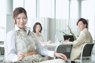 オフィスで働くビジネスマンとビジネスウーマンの素材 [FYI01137707]