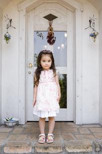 ドアの前に立つ女の子の素材 [FYI01137803]