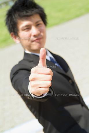 親指を立てるビジネスマンの素材 [FYI01137947]
