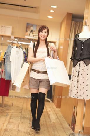 ショッピングをする20代女性の素材 [FYI01138126]