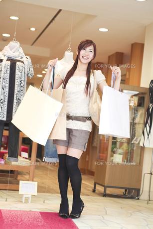ショッピングをする20代女性の素材 [FYI01138127]