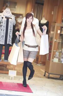 ショッピングをする20代女性の素材 [FYI01138141]