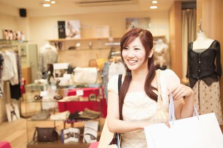 ショッピングをする20代女性の素材 [FYI01138164]