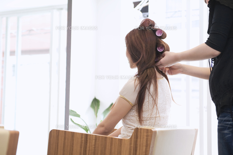 美容室でカーラーを巻く20代女性の素材 [FYI01138178]