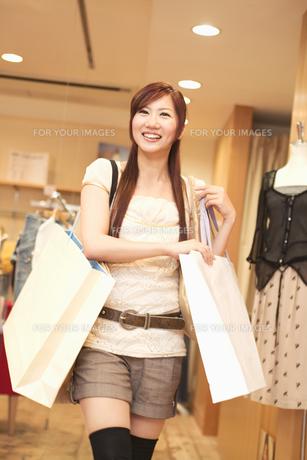 ショッピングをする20代女性の素材 [FYI01138199]