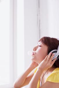 ヘッドフォンで音楽を聴く女性の素材 [FYI01138248]