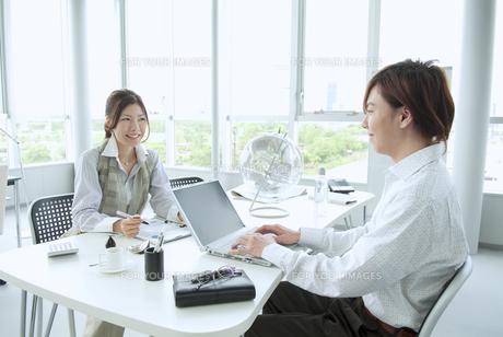 オフィスで働くビジネスマンとビジネスウーマンの素材 [FYI01138252]