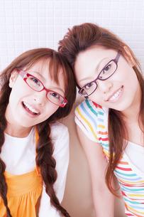眼鏡をかけた女性2人の素材 [FYI01138376]