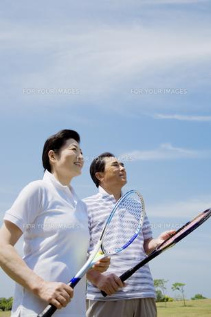 テニスラケットを持つシニア夫婦の素材 [FYI01138656]