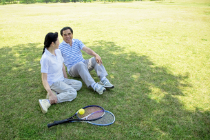 芝生に座るシニア夫婦の素材 [FYI01138678]