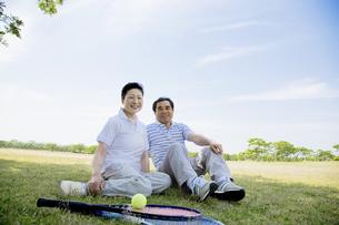 芝生に座るシニア夫婦の素材 [FYI01138704]