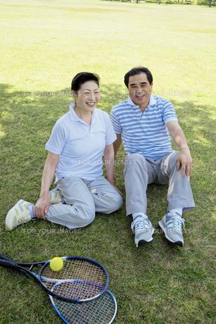 芝生に座るシニア夫婦の素材 [FYI01138728]