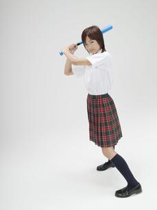 バットを持ってかまえる日本人女子高生の素材 [FYI01139134]