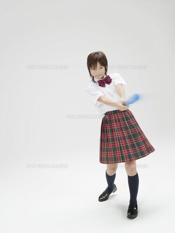 バットを振り切る日本人女子高生の素材 [FYI01139140]
