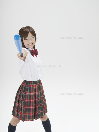 バットを上に掲げる日本人女子高生の素材 [FYI01139147]